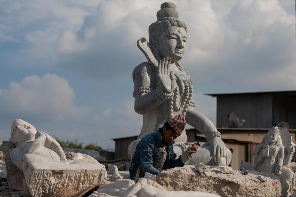 [石雕]尼泊尔黑石雕工坊 城市边缘的造神艺术,