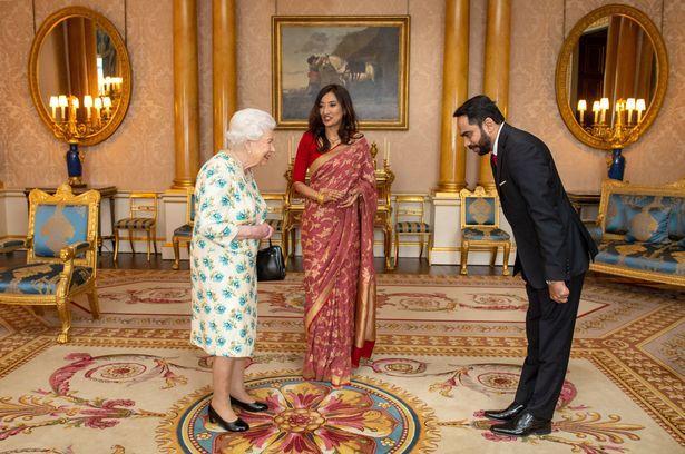 原创 英国首位议员确诊,女王在迎客取消握手环节,外宾远远地向她鞠躬