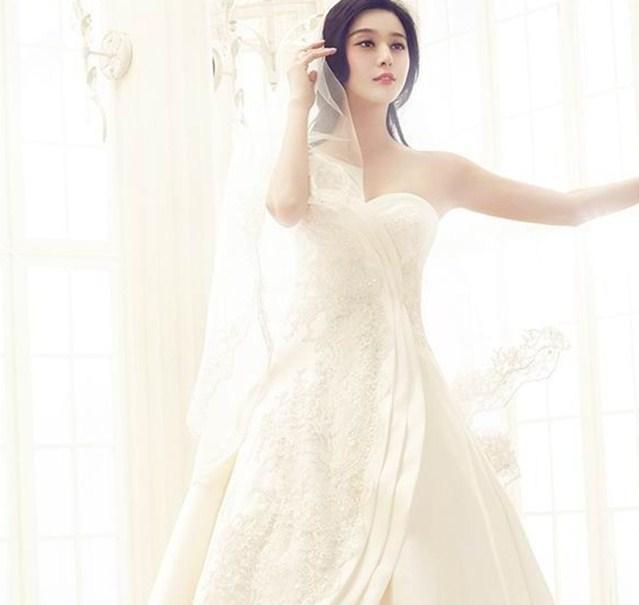 范冰冰的婚纱特别美,一款白色薄纱婚纱裙扮起嫩来也是少女感十足,让人
