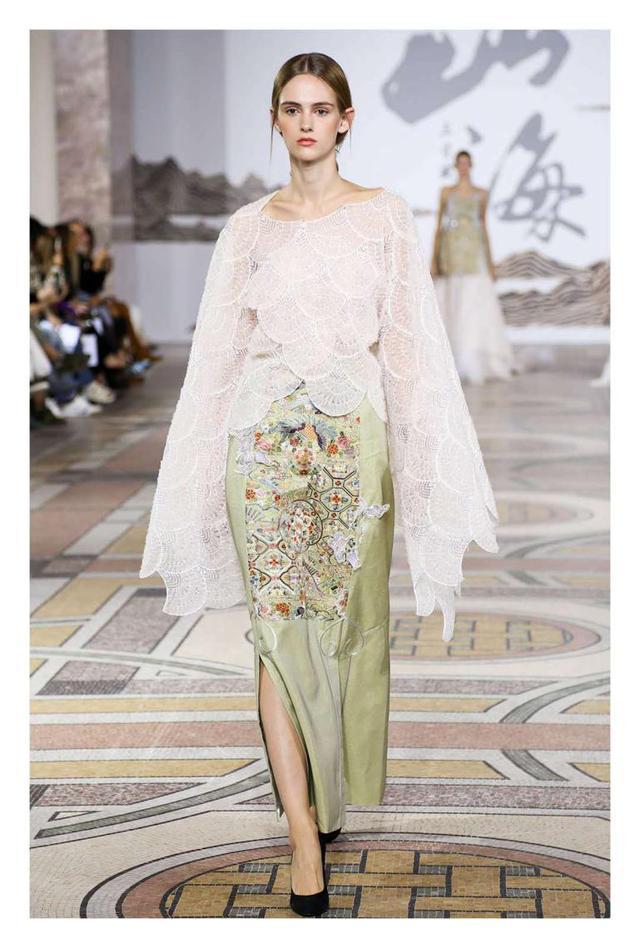 """中国男裁缝做旗袍""""火""""到国外时装周,还原传统色谱,颜色太高级"""