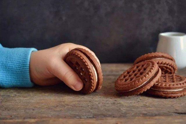 为什么孩子都爱吃零食?自家娃哭闹要零食时,聪明的家长都这样做