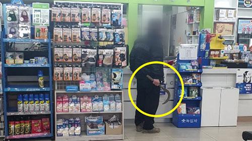 韩国六旬男子举镰刀打劫口罩是怎么回事?药店方竟表示理解
