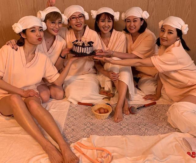 """TVB""""六美饭团""""为姐妹预祝45岁生日 嫁""""浪子""""丈夫婚后美满"""