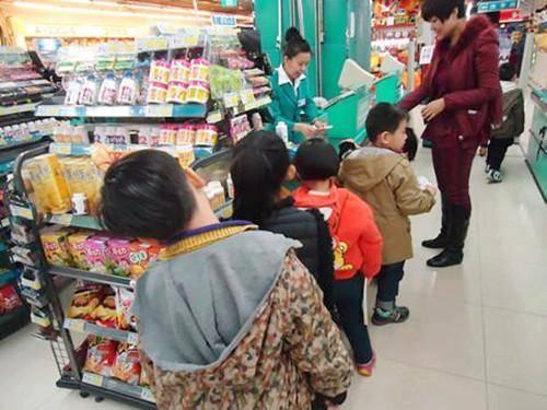 """男孩逛超市不买东西却""""胖""""一圈,店员怀疑偷窃,看到手臂后报警"""