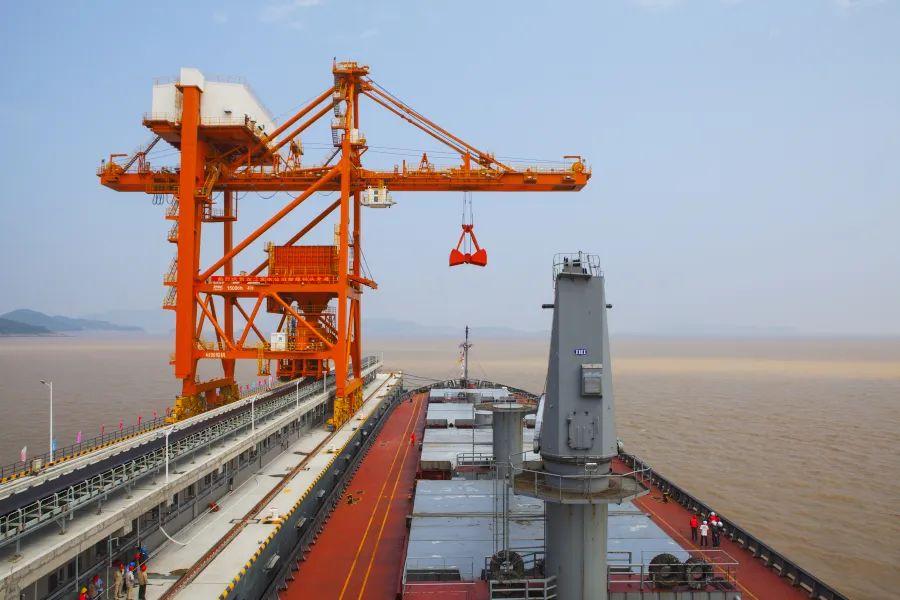 振华重工中标国内首个卸船机全自动化改造项目