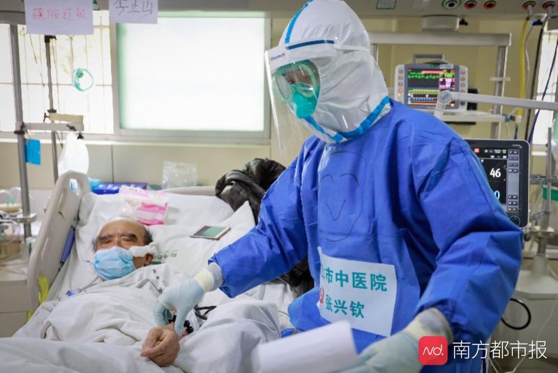 """对话""""佛山李现""""张兴钦医生:不关心走红,队友还在啃""""硬骨头"""""""