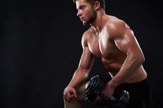 体脂率降到18%以下,4个哑铃腹肌动作,虐出男神的腹肌!_训练