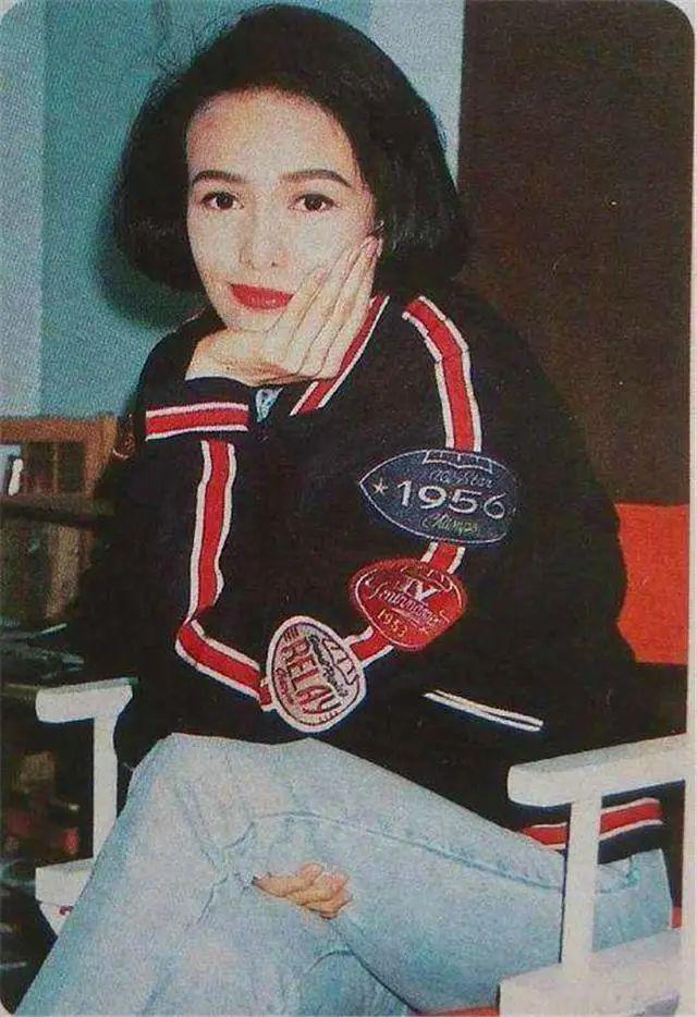 """她是华人娱乐圈的""""大姐大"""",两夺影后称号,63岁坚持不婚主义"""
