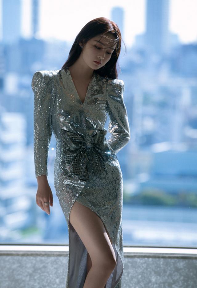 """李沁活动亮相""""着身闪耀着光芒的裙子""""线条的勾勒,网友表示亮瞎眼"""