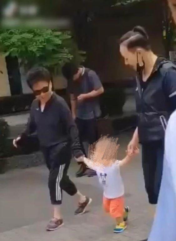 """宋丹丹退休生活惬意,带孙子与普通人无异,但这个发型太""""爷们"""""""