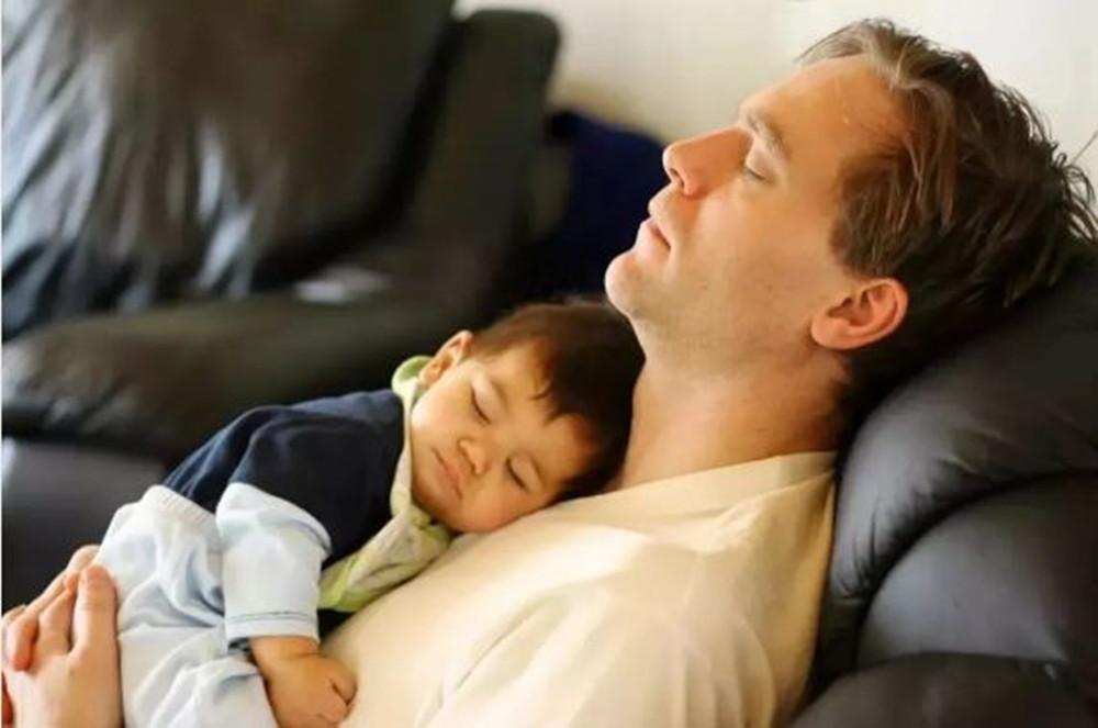 1岁前这种睡姿可能会导致宝宝陷入危险,新手爸妈哄睡时别大意