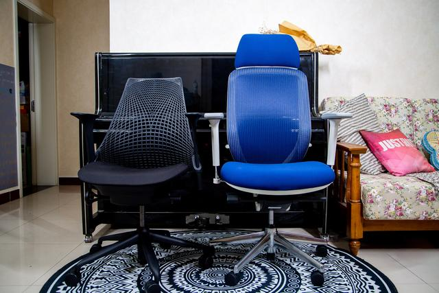 宅在家的生活:两把椅子搭起宅在家办公的时光