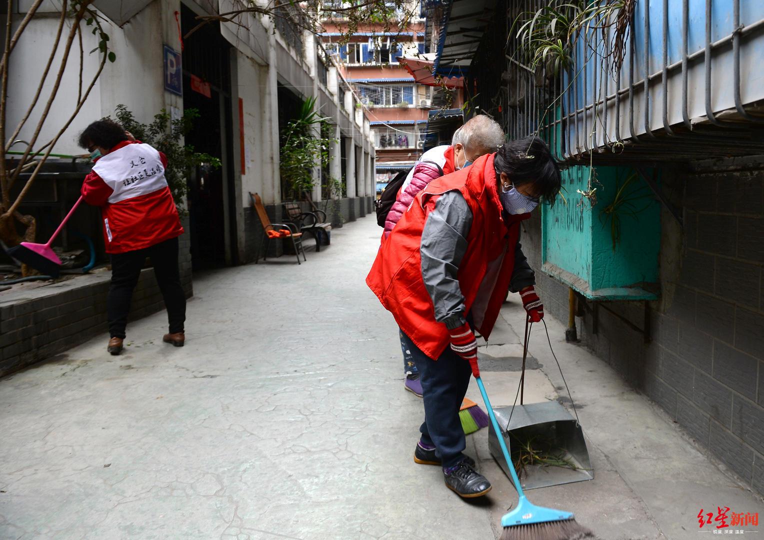 居民商家企业携手 社区开展卫生大扫除