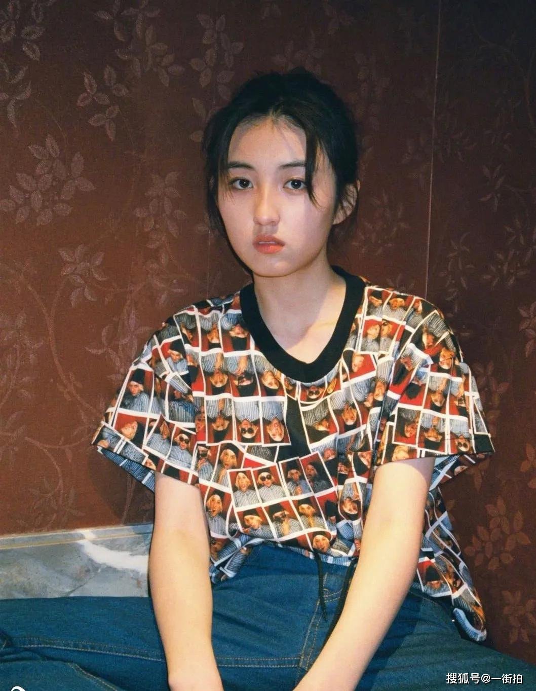 """原创""""小山口百惠""""张子枫晒照,穿脸谱T恤复古时髦,网友:太有灵气"""