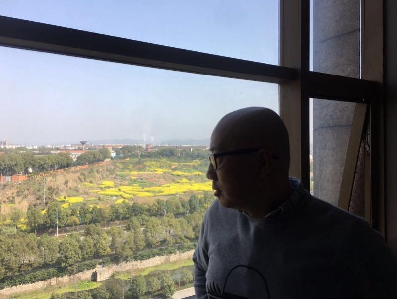 诗人韩东滞留湖北酒店50天:戒断烟瘾和写作,窗外冬景已转春色