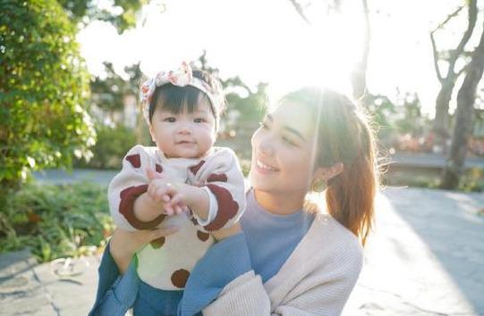 """TVB視帝透露11個月愛女會叫""""爹爹""""一臉幸福 老婆喂吃蔬菜引熱議"""