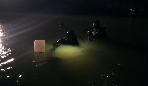 越野车凌晨冲破护栏致2人落水,1人侥幸逃生爬岸求救
