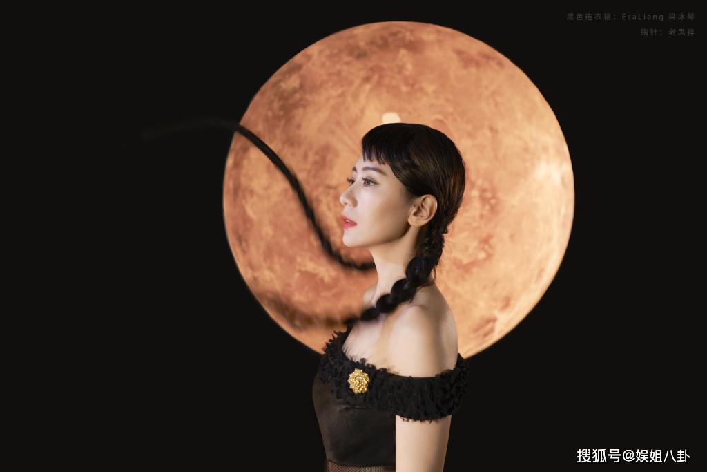 贾静雯2020首登时尚杂志封面,尝试新风格的贾静雯又酷又自信