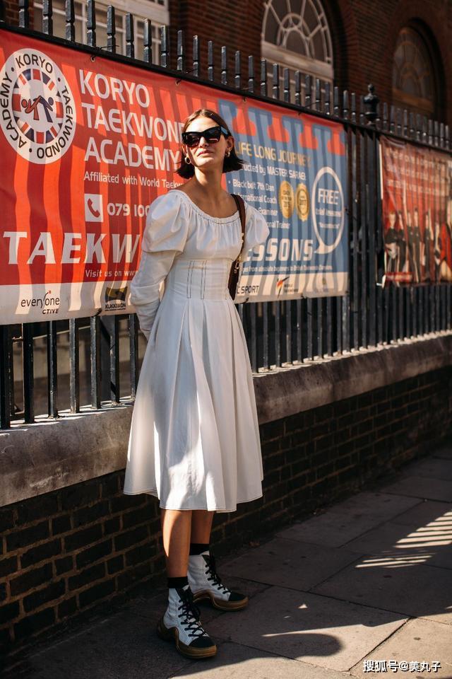 白色单品不会搭配?看伦敦街头的时尚博主,如何玩转白色