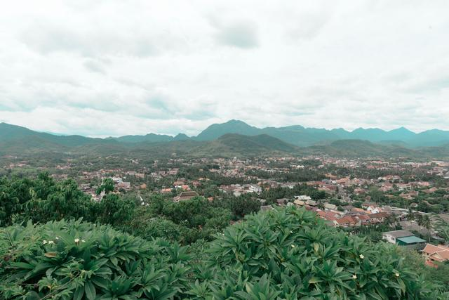 老挝琅勃拉邦日落巡游,人少景美还能娱乐
