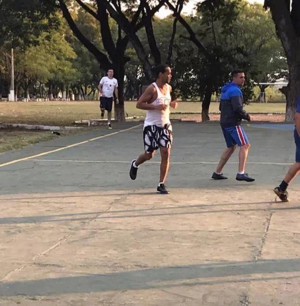 巴西媒体丨小罗监狱足球赛夺冠奖品照曝光