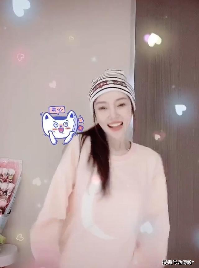 李小璐对镜大跳热舞,网友:别出来丢人了
