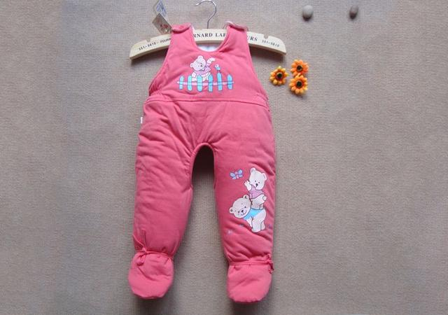 宝妈给宝宝穿衣不仔细,宝宝哭闹不止,剪掉袜子后,宝妈自责不已