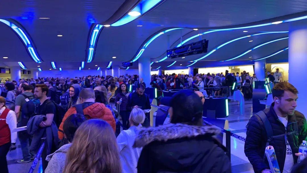 大逃离!回国机票突然暴涨,18万一张天价竟然秒光!机场挤满人,排队十小时!美国多个机场大量乘客滞留