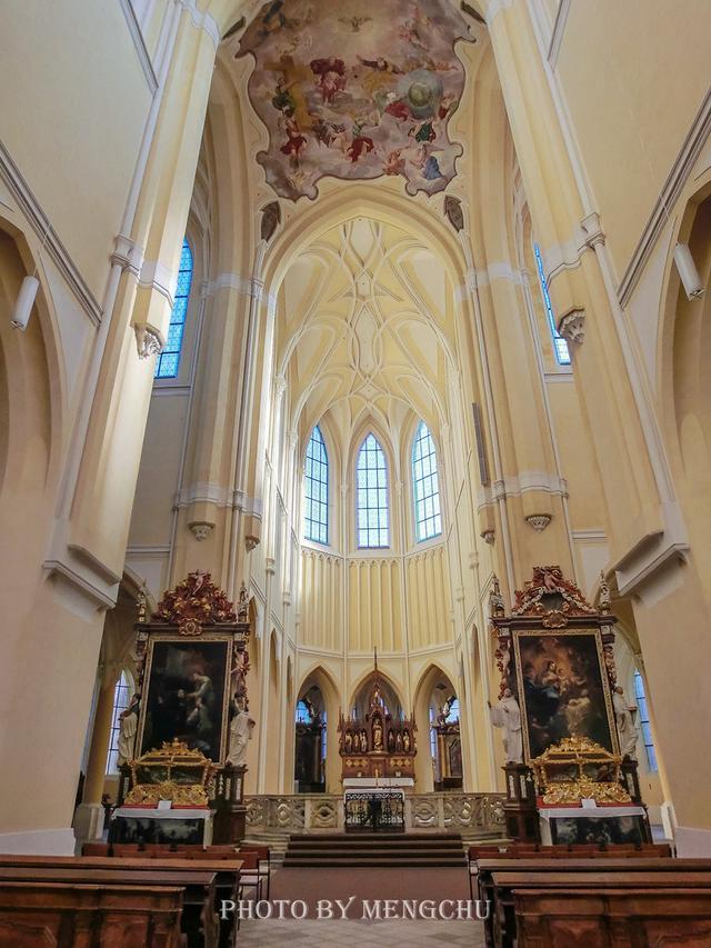 捷克的人骨教堂旁有一座超美的大教堂,从地狱到天堂只隔一条马路