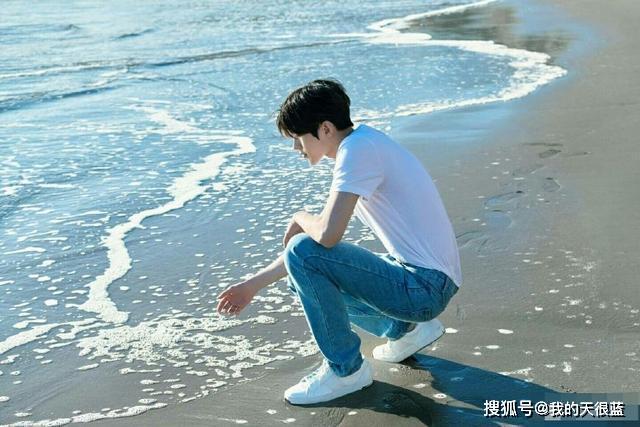 卸下浓妆的蔡徐坤,化身海边白衣青春少年,想约你一起去看海