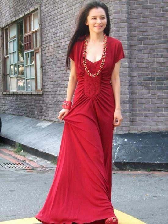 原创徐若瑄颜值仍然在线,简单穿搭依旧女神范十足,驻颜有术啊!