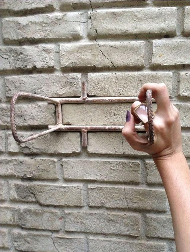 外墙贴砖太费事?钢筋做个瓷砖模子,摁上去压一压,1天就能完工!