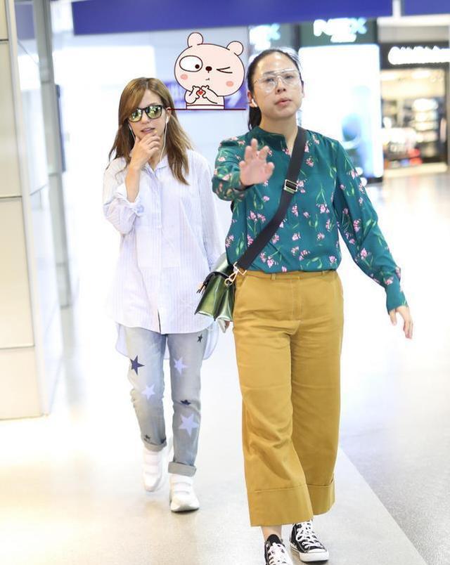 原创赵薇女助理机场实力抢镜,服装搭配喧宾夺主,网友:容嬷嬷既视感