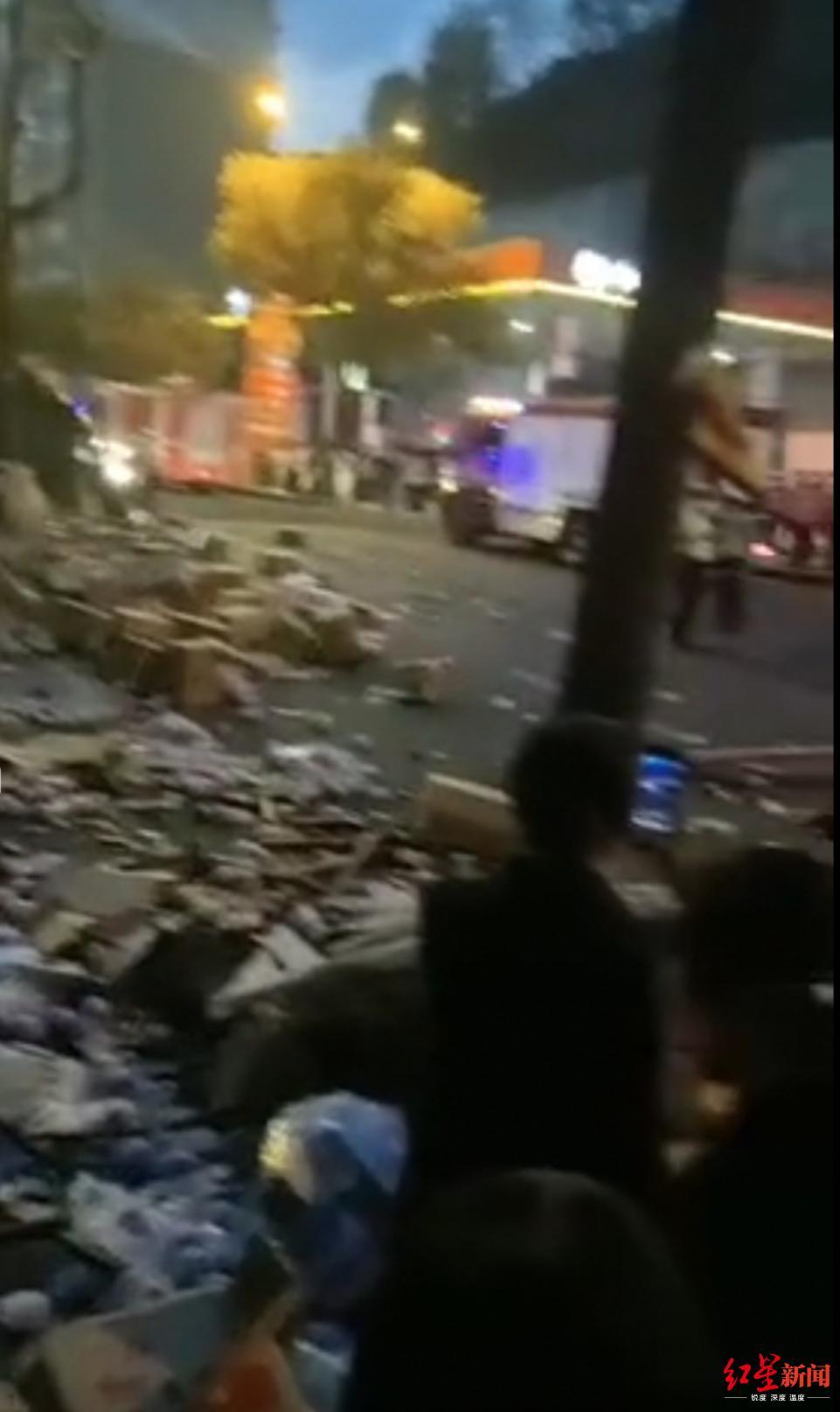 四川攀枝花发生货车侧翻事故,造成1名行人死亡2人受伤