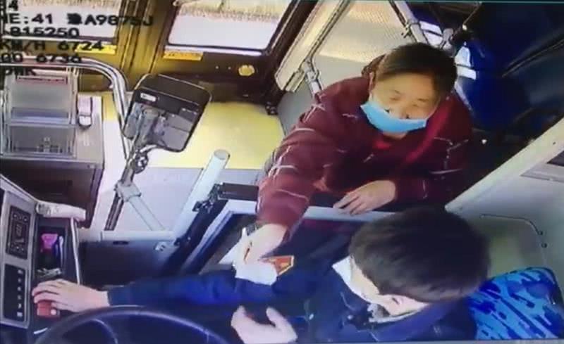 老人将胳膊伸出窗外被车长制止,随后一举动让车长伸出拇指点赞