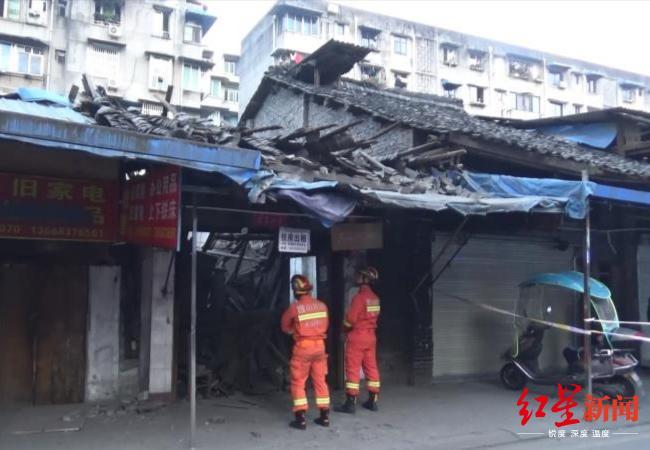 四川乐山市区一房屋垮塌两老人被困后获救