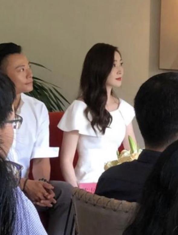 """原创50岁万绮雯颜值逆天,身材纤瘦似少女,""""香港第一美腿""""名不虚传"""