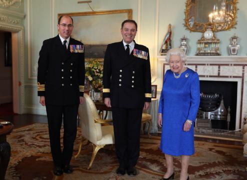 94岁英女王继续工作!一袭宝石蓝裙装高贵典雅,蓝宝石胸针是亮点