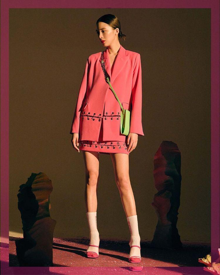 腿长比例超佳!韩裔模特IreneKim,可甜可盐风格百变!