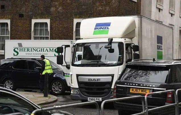 英国首相公开呼吁不要囤货,背地里却买了两卡车生活物资
