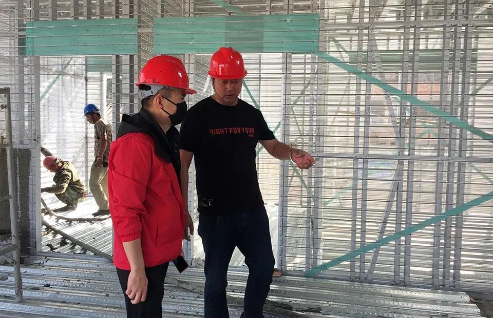 心力集团-赵总和丁总在工地现场交流施工中遇到的问题