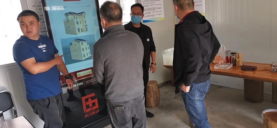 通海县政府领导观看心力集团信息交换机展示的户型效果图