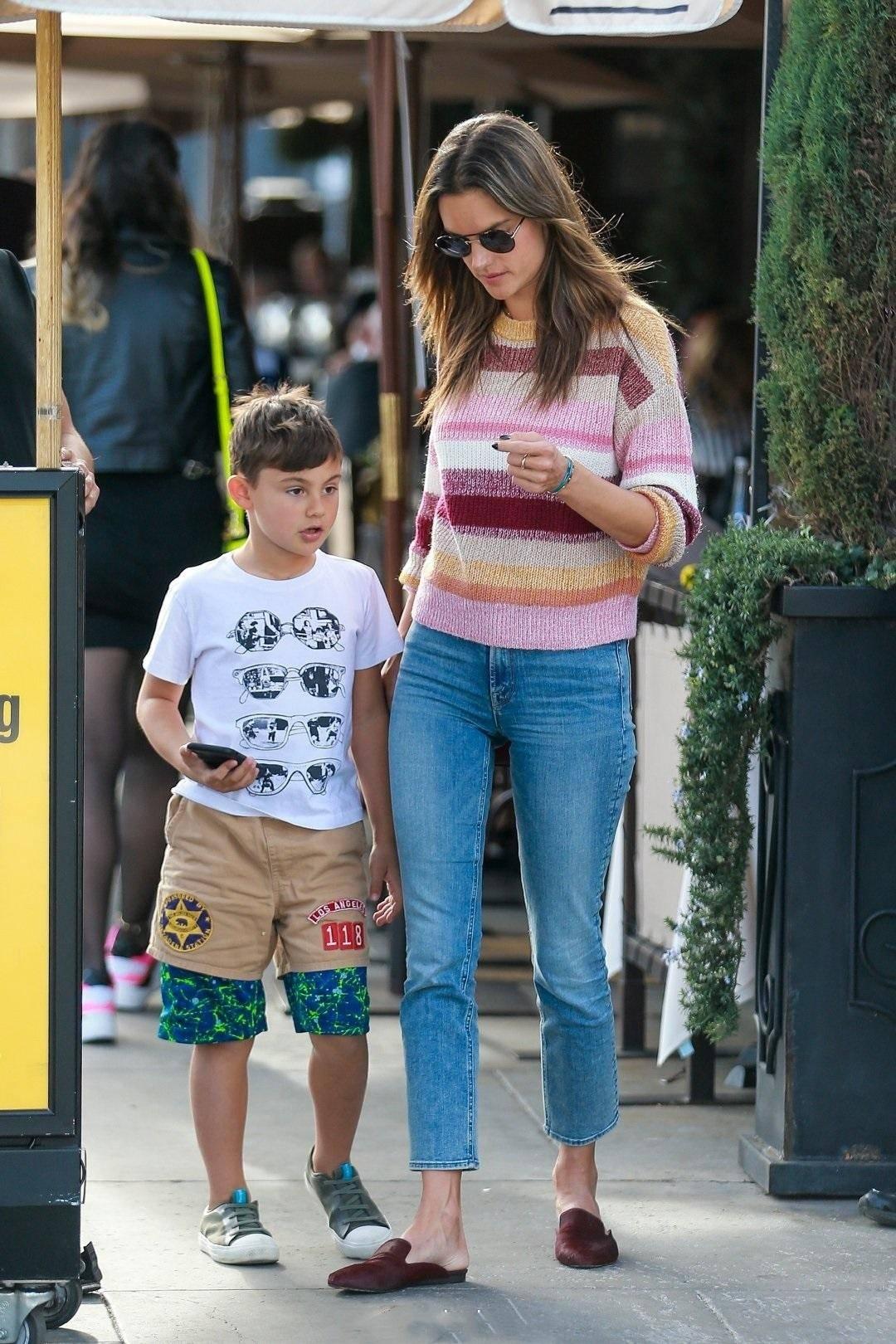 39岁AA与男友出街,一旁女儿扎染卫衣显潮范,小小年纪就是超模脸