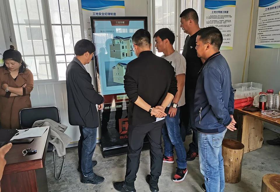 项目负责人用信息交换机为通海县政府领导讲解轻钢房屋设计方案