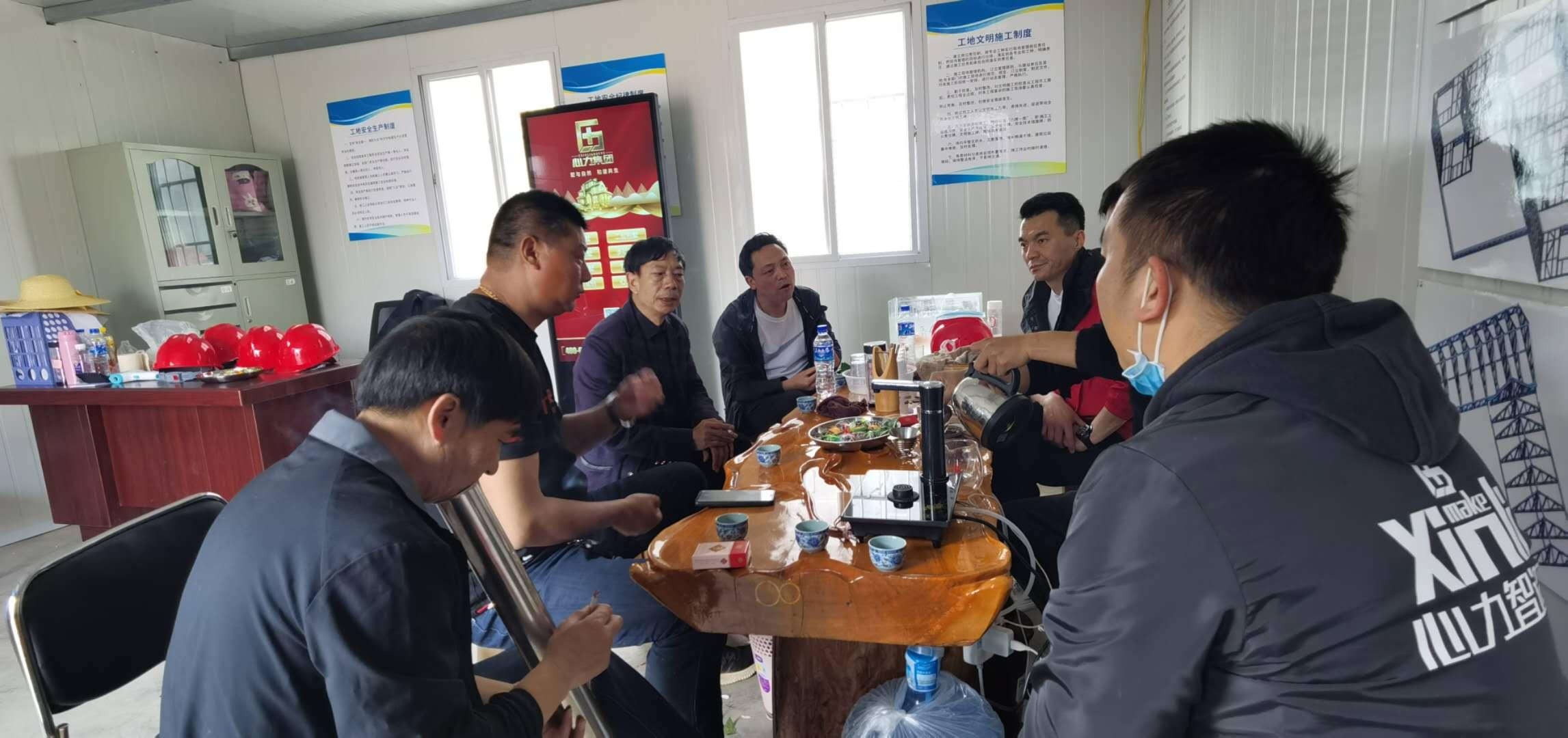 心力集团-杨总一行在项目部与项目负责人讨论交流