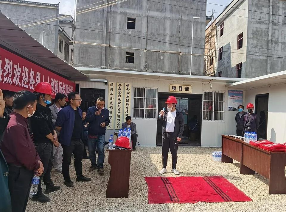 心力集团-杨总进行轻钢房屋讲解