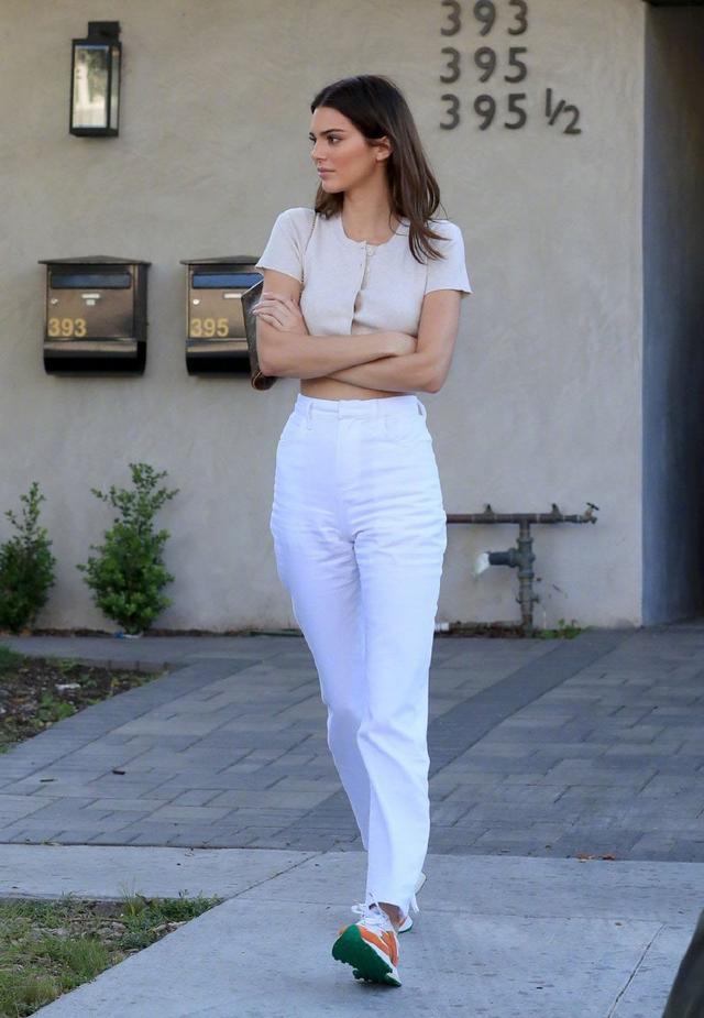 原创超模肯豆自信出街,普通衣服都能穿出高级时尚感,这小腰我爱了