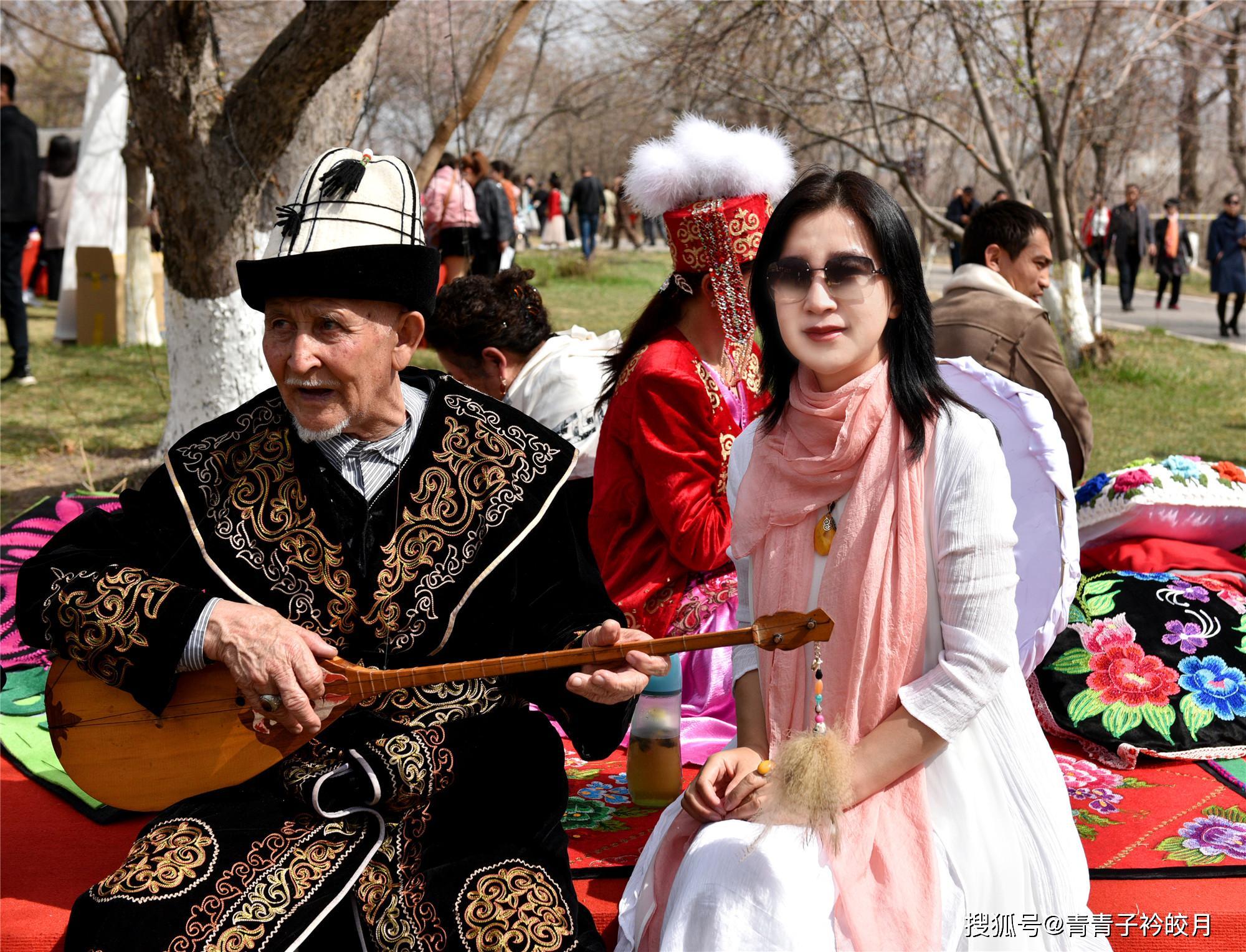 哈萨克阿肯弹唱_新疆这个民族热情好客,生活在伊犁大草原上,他们的传统服饰 ...