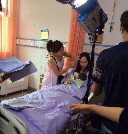 原创明星抱小孩:杨颖毫无经验,赵丽颖不靠谱,只有她像亲妈!