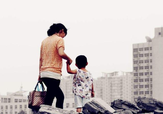 """""""最懂事宝宝"""":陪妈妈上班,安安静静不哭不闹,乖巧得让人心疼"""